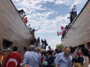 Persone sui tetti alla grande manifestazione dell'avversario di Erdogan